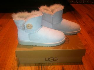 Womens UGG Mini Bailey Button Size 8 Brand New Never Worn in Box Free