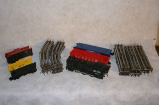 LIONEL AMERICAN FLYER TRAIN ENGINE &2 CARS, 12 CORNER & 18 STREIGHTS
