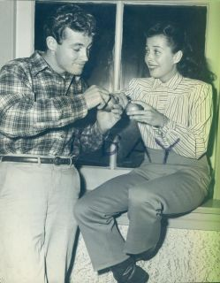 GAIL RUSSELL GUY MADISON EATING APPLES AT A PARTY CUTE PHOTO