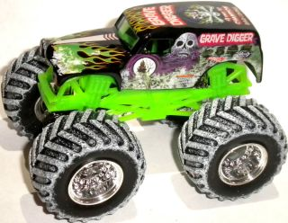 GRAVE DIGGER HOLIDAY SNOW TIRES + PAINT HOT WHEELS MONSTER JAM TRUCK 1