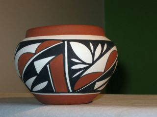 Eliz Olguin Native Indian Isleta Pueblo Pottery Pot